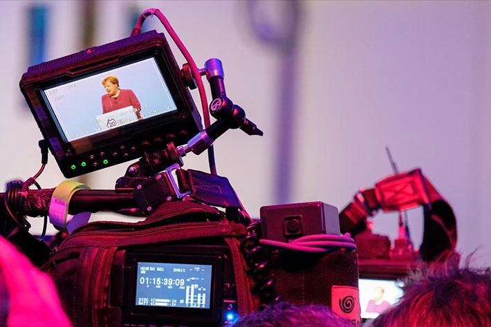 Festakt 20 Jahre BKM im Humboldtforum: MedienvertreterInnenwährend der Rede von Angela Merkel. Auf den Kameramonitoren die Bundeskanzlerin.