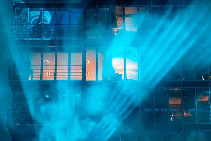 Sunrise at Night: Blick auf eine Projektion an der Fassade des Sony Centers.