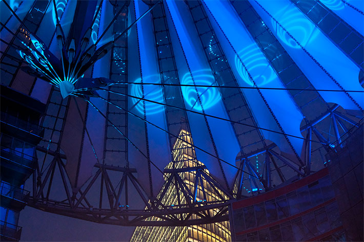 Sunrise at Night: Blick in die blau ausgeleuchtete Kuppel des Sony Centers.