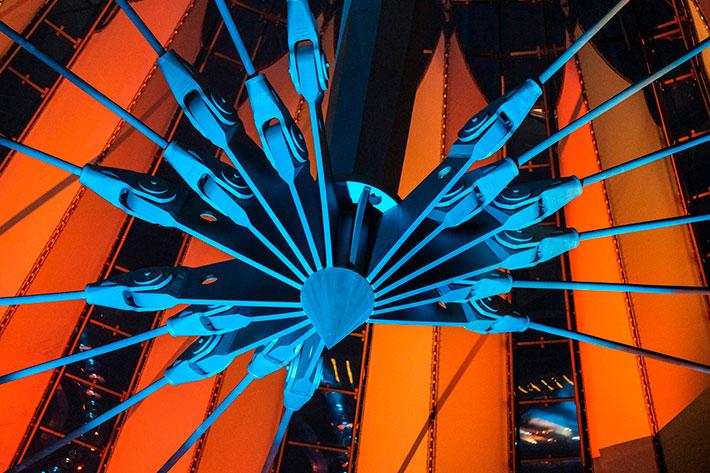Sunrise at Night: Blick in die orange ausgeleuchtete Kuppel des Sony Centers.