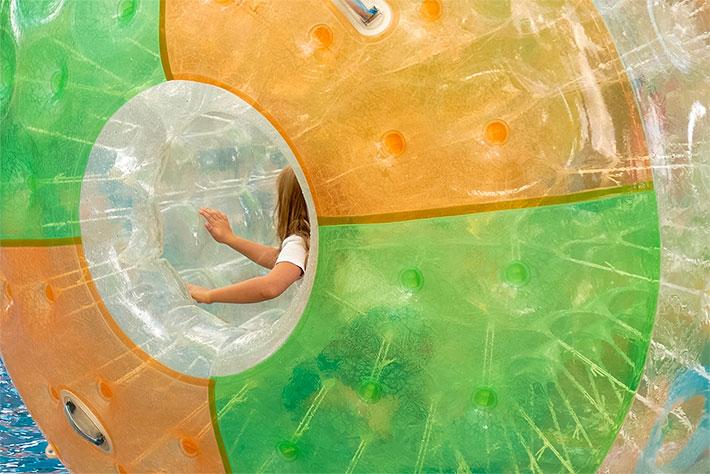 Tag der offenen Tür im Bundeskanzleramt 2018: Ein Kind vergnügt sich in dem großen Plastikball beim sogenannten Aquazorbing.